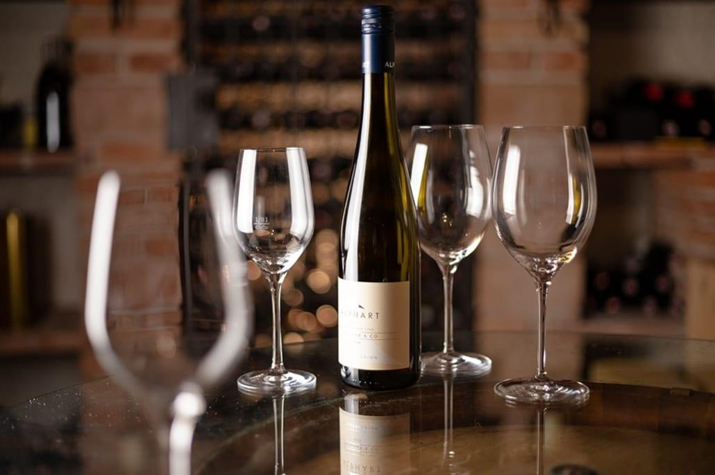 Flasche Weisswein und Glaeser auf Tisch