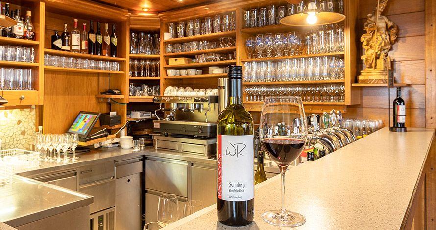 Weinflasche steht auf einer Bar