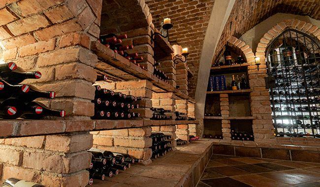 Weinkeller mit Wein im Regal